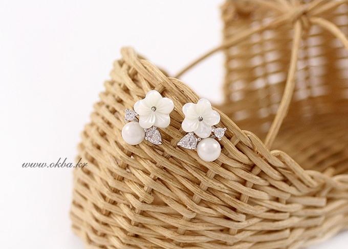 ต่างหูเงินแท้ 92.5%รูปดอกไม้สีขาวแต่งมุกคริสตัล[แถมกล่องค่ะ]