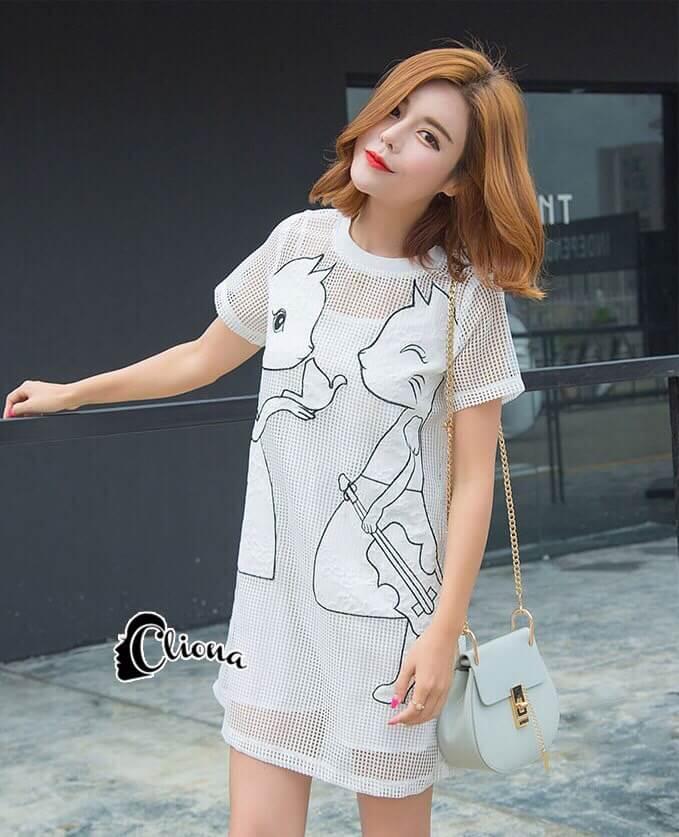 ชุดเดรสเกาหลี พร้อมส่ง มินิเดรสคอกลมสีขาว ผ้าตาข่ายปักลายการ์ตูนแมวขอบดำ