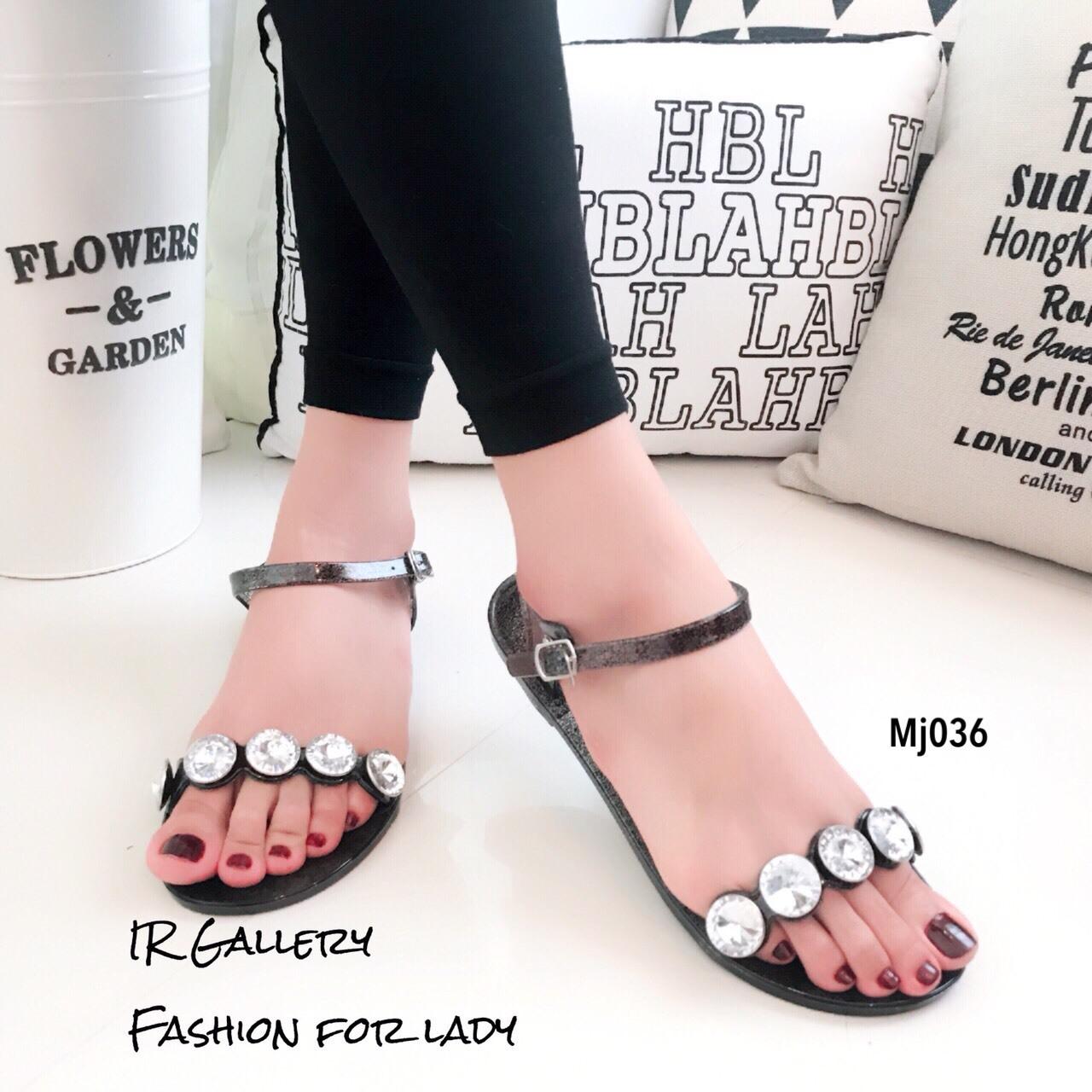 รองเท้าแตะแฟชั่น ยางซิลิโคนใสนิ่ม แต่งอะไหล่เพชรใหญ่สวยหรู งานตอกไม่หลุดง่าย สายรัดข้อตะขอเกี่ยวปรับได้ ใส่เดินในวันชิวๆ สวยและดูหรู สีดำ เงิน แมทสวยได้ทุกชุด *งานไม่มีกล่อง* (Mj036)