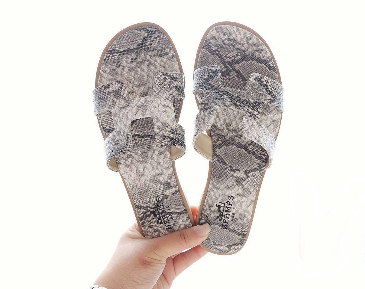 รองเท้าแตะแฟชั่น แบบสวม หนังลายหนังงูหน้า H สไตล์แอร์เมสสวยเก๋ไฮโซ หนังนิ่ม ทรงสวย ใส่สบาย แมทสวยได้ทุกชุด