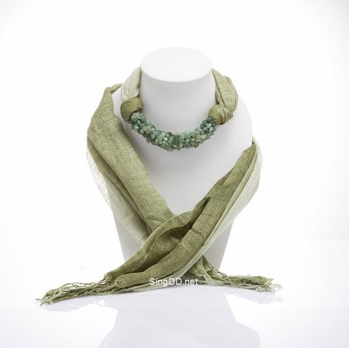 ผ้าพันคอสีเขียวขี้ม้าทูโทน ประดับหยกสีเขียว
