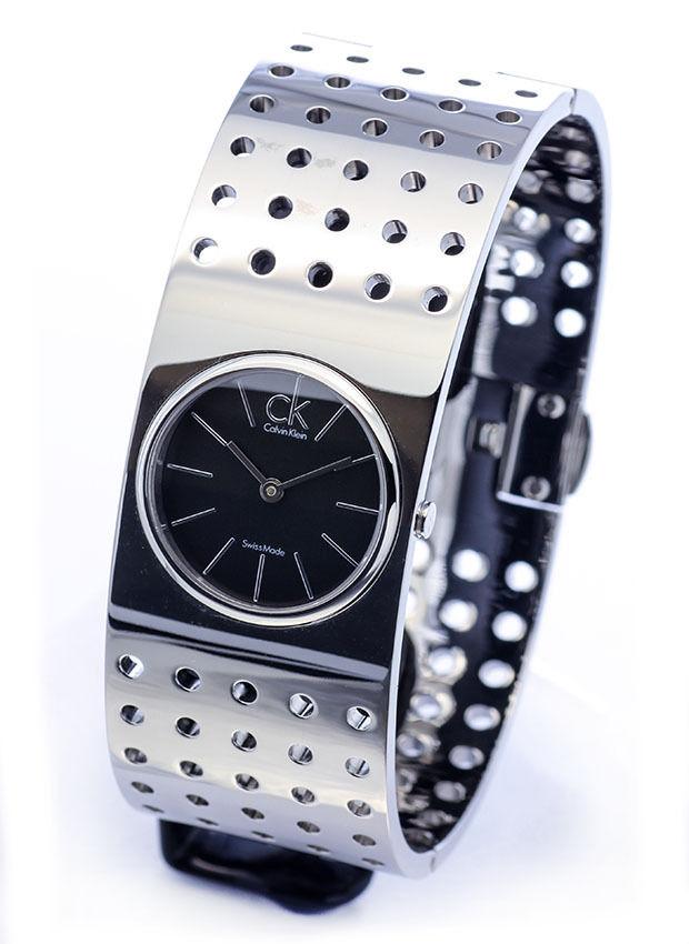 นาฬิกาข้อมือผู้หญิง Calvin Klein รุ่น K8322107, Bangle Sapphire Analog Grid Collection Swiss Watch