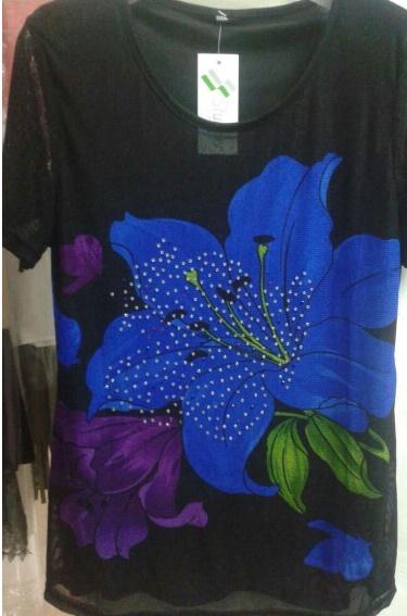 เสื้อผ้าแฟชั่นผู้หญิงพร้อมส่ง : เสื้อแฟชั่นสีดำแต่งลายดอกไม้สีน้ำเงินสดใส น่ารักมากๆจ้า