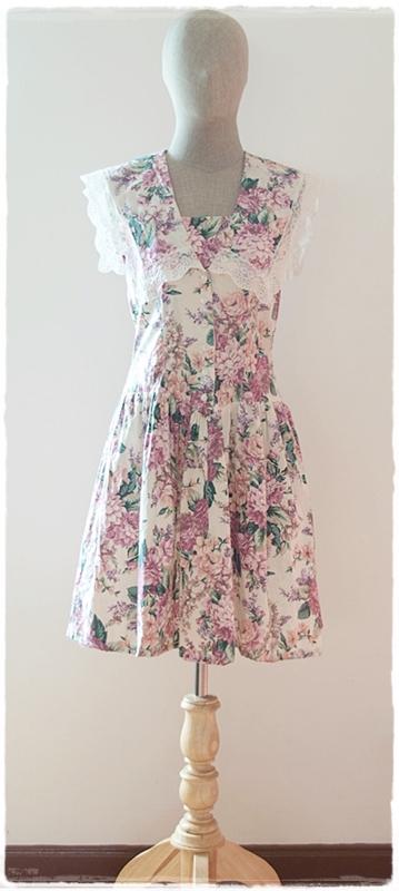 Sold เดรสสั้น ปกกะลาสี แขนกุด เข้าเอว กระดุมหน้า พื้นสีขาว ลายดอก