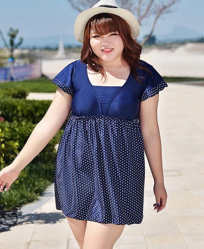 Swimsuit Bigsize พร้อมส่ง : ชุดแฟชั่นว่ายน้ำสีน้ำเงินแต่งลายจุดสีขาวสีสันสดใส กางเกงขาสั้นใส่ด้านในน่ารักมากๆจ้า:รอบอก42-54นิ้ว เอว36-48นิ้ว สะโพก42-54นิ้วจ้า