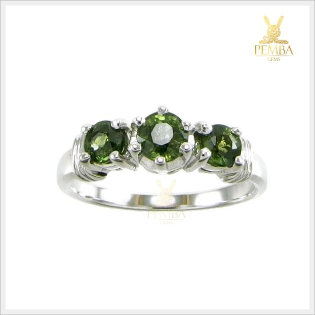แหวนเขียวส่องแท้ 3 เม็ด สวยเก๋ ใส่ติดนิ้วเสริมเสน่ห์
