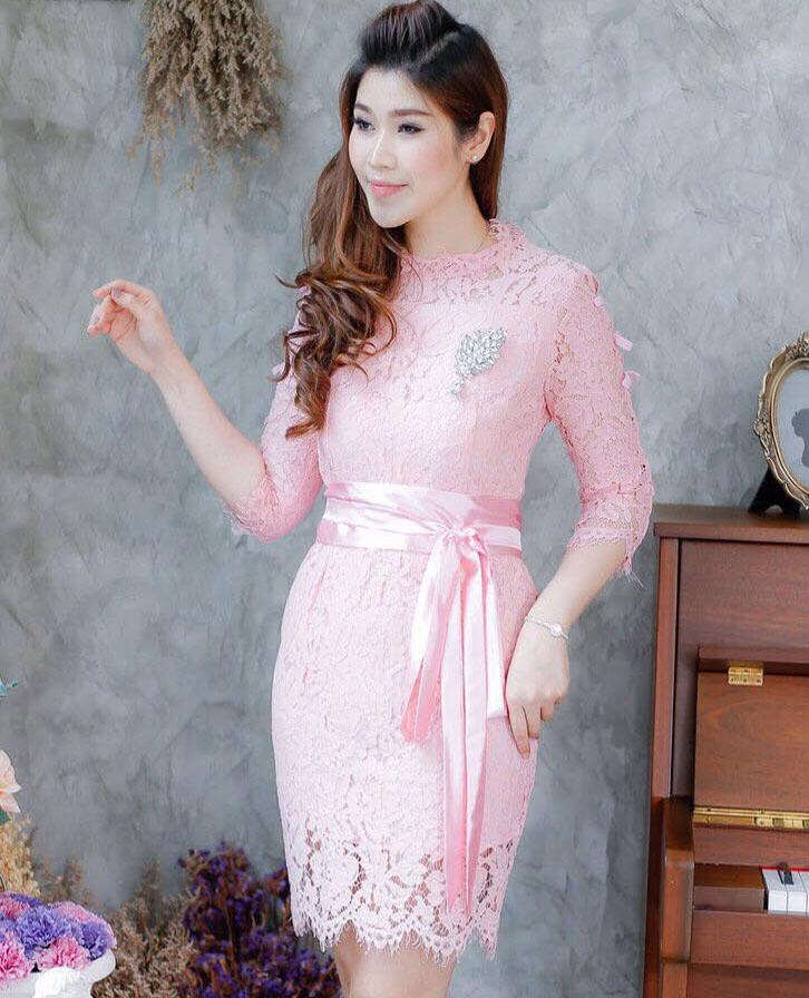 ชุดเดรสออกงานสีชมพู ชุดไปงานแต่งงานสีชมพู เดรสลูกไม้สั้นเข้ารูป แขนสี่ส่วน