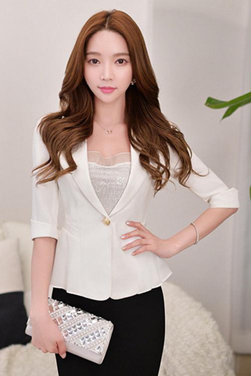 เสื้อสูทแฟชั่น เสื้อสูทผู้หญิง สีขาว แขนพับสามส่วน แต่งระบายด้านหลังด้วยผ้าชีฟอง