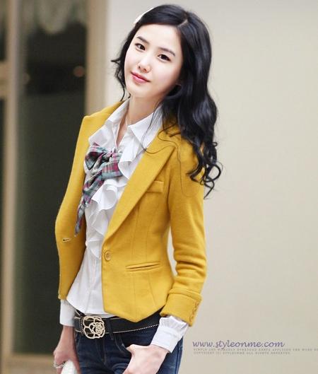 (สินค้าหมด) เสื้อสูทแฟชั่นผู้หญิง เสื้อสูททำงานสีเหลือง คอปก แขนยาว แขนพับแต่งกระดุม ทรงเข้ารูป