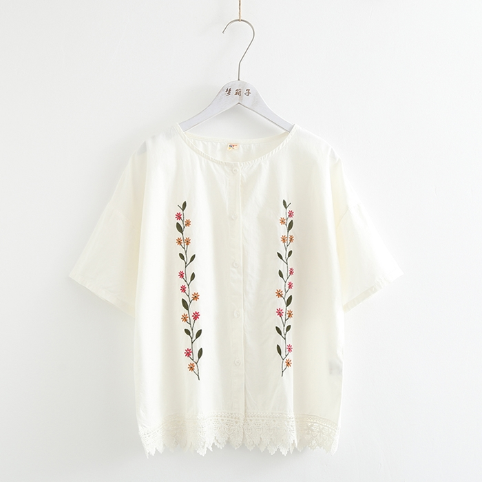 เสื้อเชิ้ตคอกลมสีขาวแขนสั้น ปักลาย/แต่งชายลูกไม้