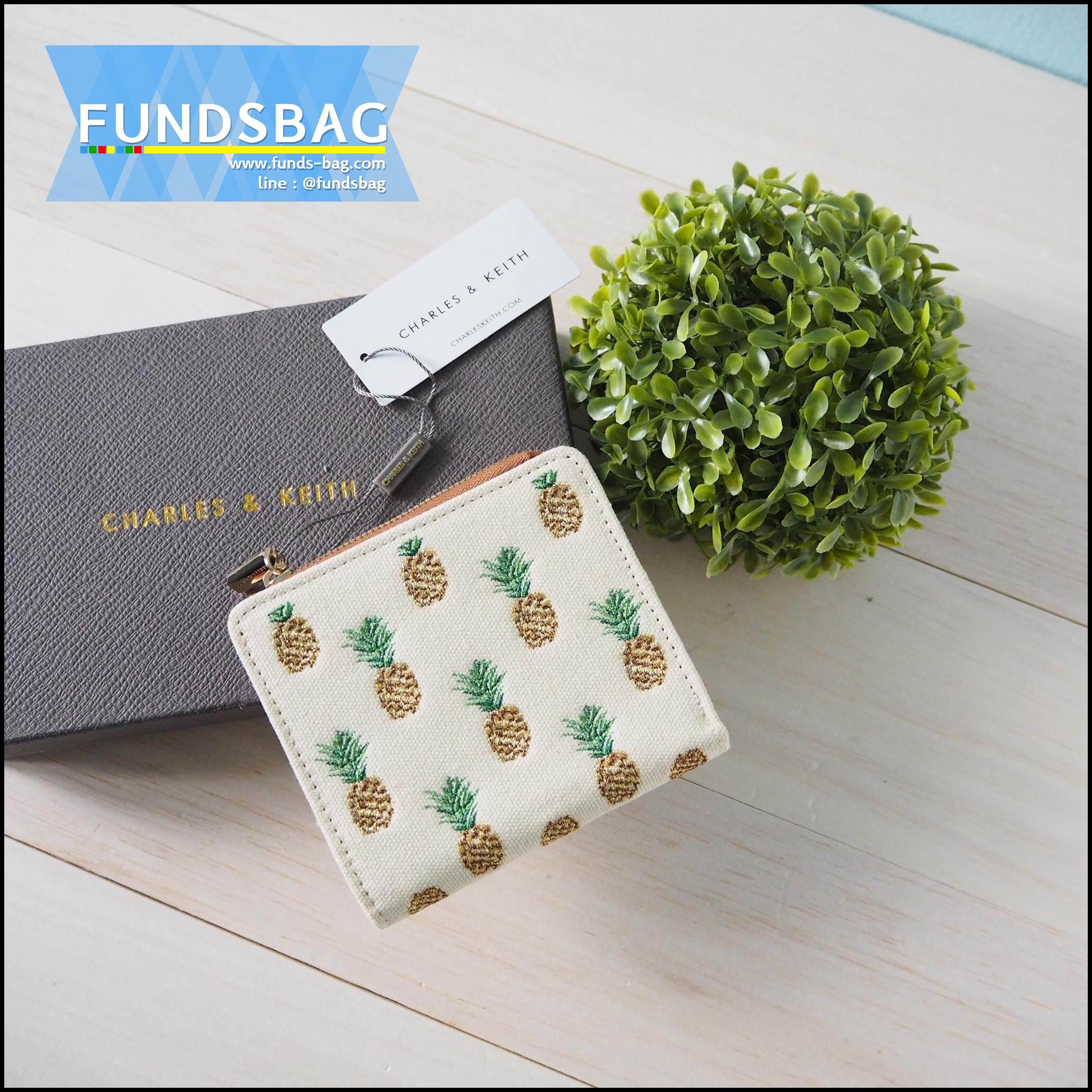 กระเป๋าสตางค์ใบสั้น CHARLES & KEITH BEIGE BOXY PINEAPPLE WALLET