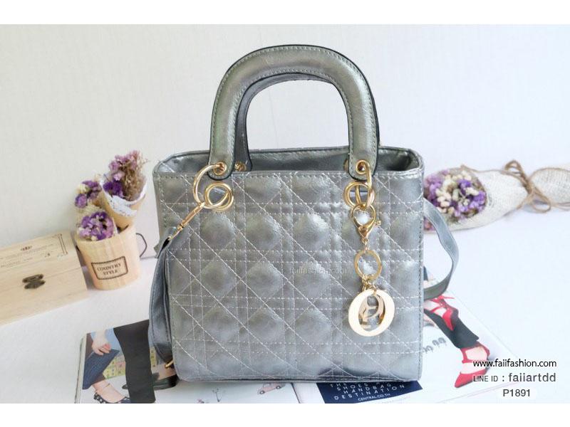 กระเป๋าแฟชั่น สไตล์ Dior ไซส์9นิ้ว แต่งลายเย็บพร้อมพวงกุญแจ