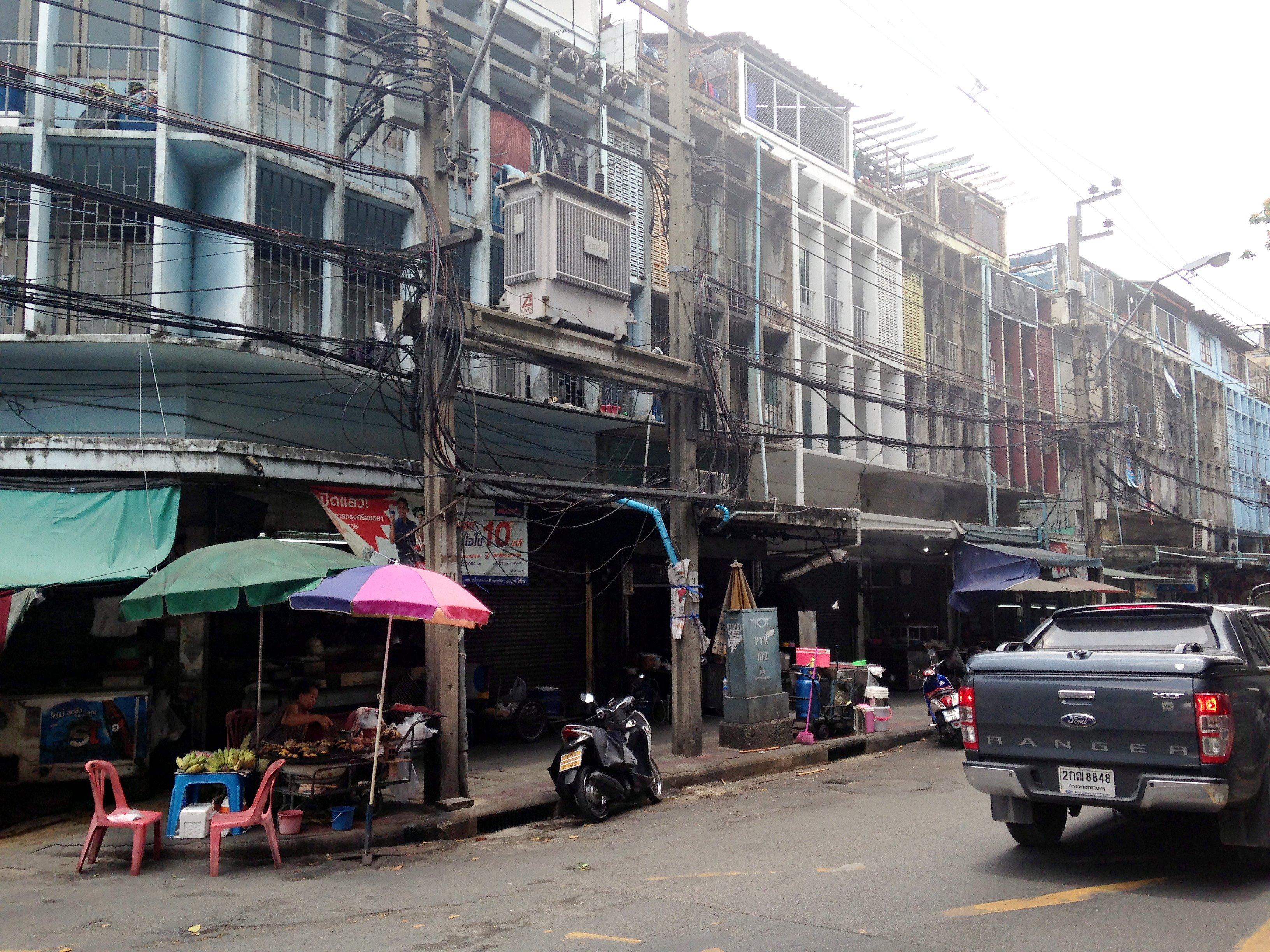ขายตึกพร้อมที่ดิน อยู่บริเวณวัดดวงแข เนื้อที่ 696 ตารางวา มีตึกแถว 43 ห้อง ติดถนนจารุเมืองและถนนจรัสเมือง ปทุมวัน กรุงเทพมหานคร ห่างหัวลำโพง 500 เมตร