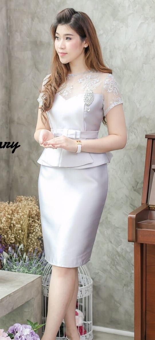 (Size M,L) ชุดไปงานแต่งงาน ชุดไปงานแต่งสีเทาควันบุหรี่ เดรสผ้าไหมแขนสั้นเอวระบาย ด้านบนแต่งด้วยลูกไม้ออแกนดี้อย่างดีผ้าสั่งทำพิเศษ ทั้งทรงและคัตติ้งบอกได้คำเดียวว่าเป๊ะ! ใส่ออกมาแล้วสวยสุดๆ