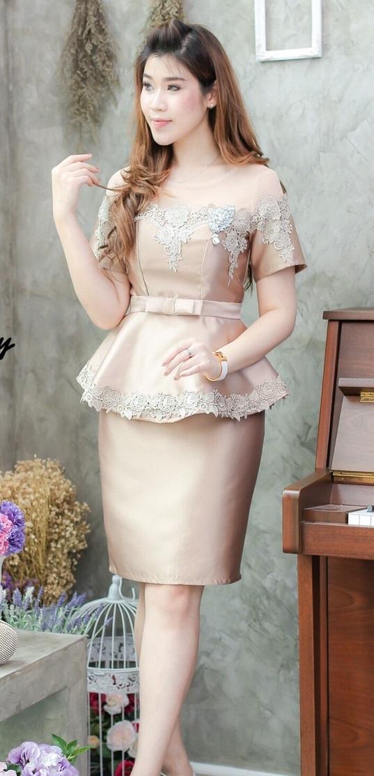 (Size M,L) ชุดไปงานแต่งงาน ชุดไปงานแต่งสีทอง เดรสผ้าไหมแขนสั้นเอวระบาย มีดีเทลที่ด้านบนและชายระบายแต่งด้วยลูกไม้ฝรั่งเศสอย่างดีผ้าสั่งทำพิเศษ ที่อกด้านในมีเสริมฟองน้ำดันทรงในตัว