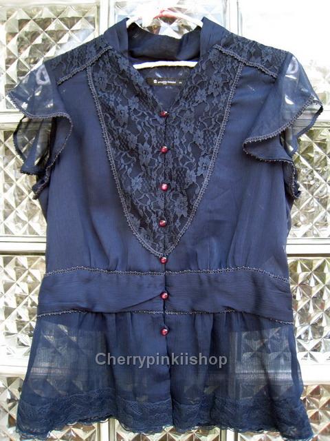 (หมดแล้วจ้า!!) เสื้อชีฟอง สีน้ำเงินเข้มจ้า มีลูกไม้ด้านหน้า แขนเป็นระบาย ชายเสื้อเป็นลูกไม้ ดูดี ยี่ห้อ arnaldo bassini