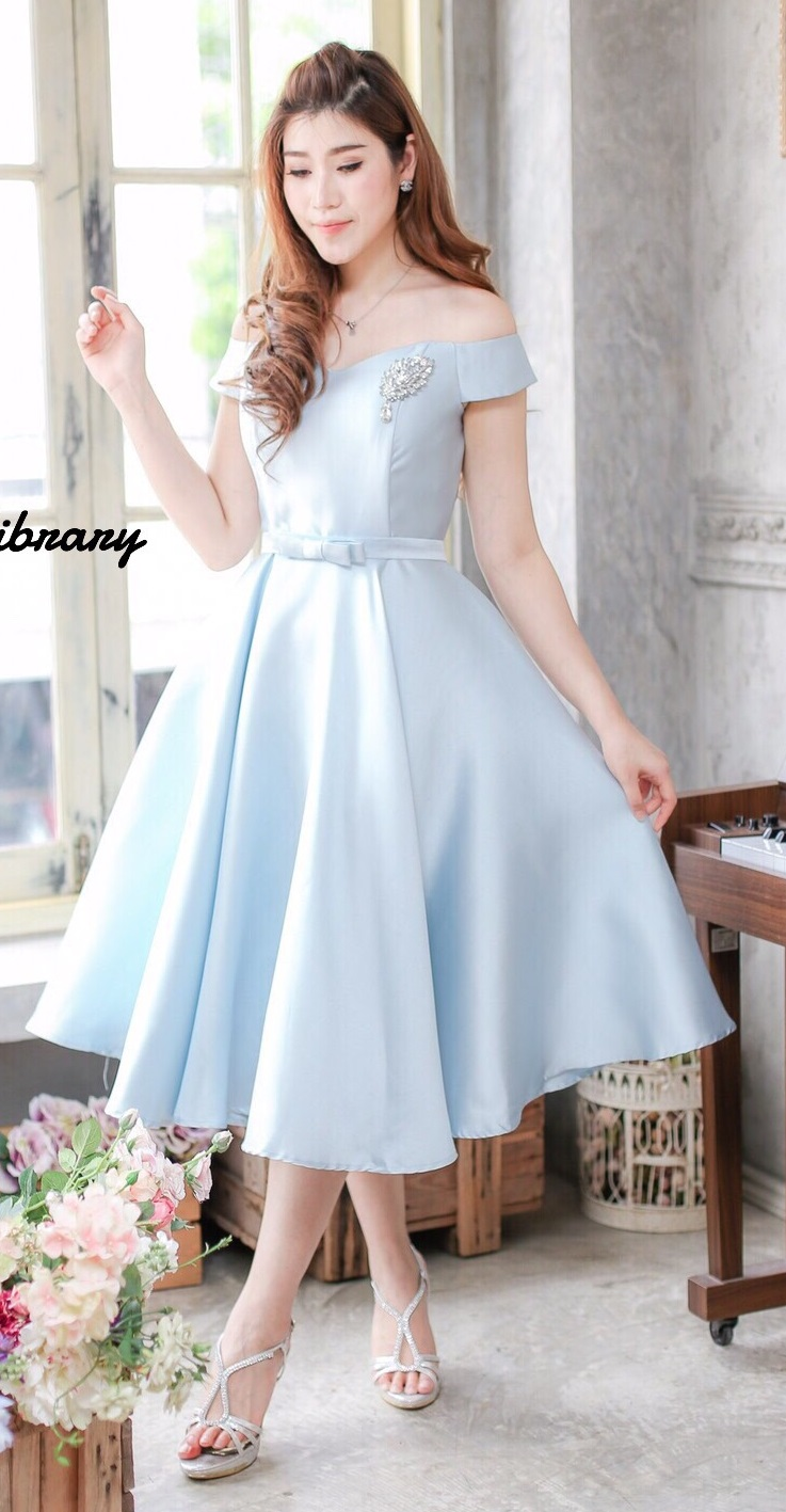(Size M ) ชุดไปงานแต่งงาน ชุดไปงานแต่งสีฟ้า เดรสผ้าไหมทรงเปิดไหล่ เนื้อผ้าด้านในเย็บซับอย่างดี พร้อมด้านในเสริมดันทรงพิเศษคะ รุ่นนี้ขอบอกเลยว่าห้ามพลาดนะคะของจริงสวยมากมาย