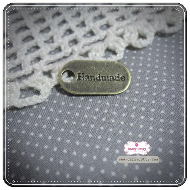 ตัวห้อยซิปรูปวงรี สลักคำว่า Handmade