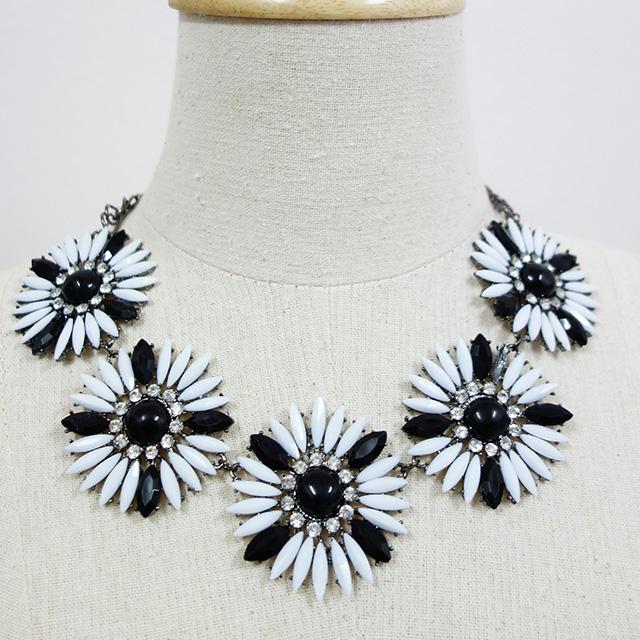 [พร้อมส่ง] สร้อยดอกไม้ขาวดำ