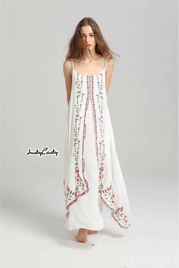 เดรสแฟชั่น Maxi dress สายเดี่ยว มาในโทนสีขาว ทรงสวย ดีไซน์เก๋