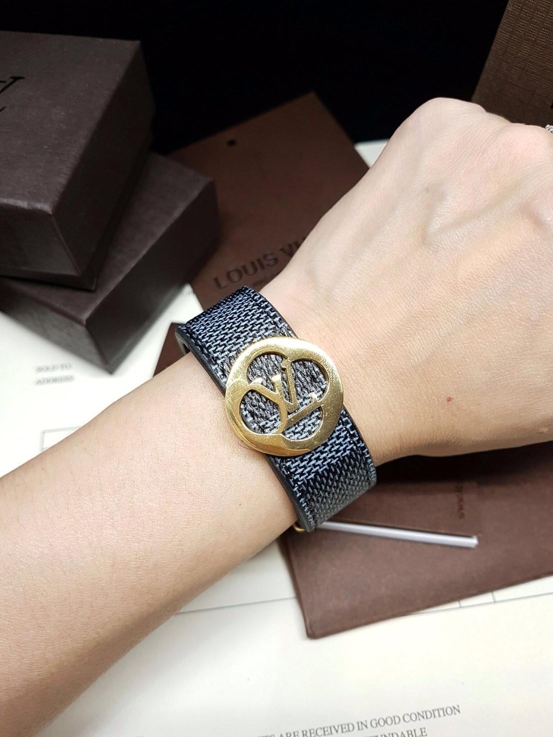 พร้อมส่ง ~ LV Damier BraceletกำไลหนังLVรุ่น ดามิเย่ ชนช๊อป งานเกรดตัวแพงที่สุด