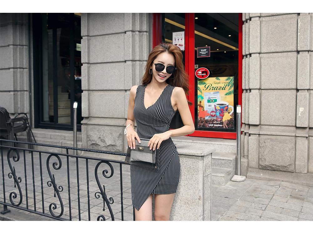 ชุดเดรสลายริ้วผ้าหนาอย่างดี กระโปรงป้ายเฉียง เอวเข้ารูปจับจีบด้านข้าง made in Korea