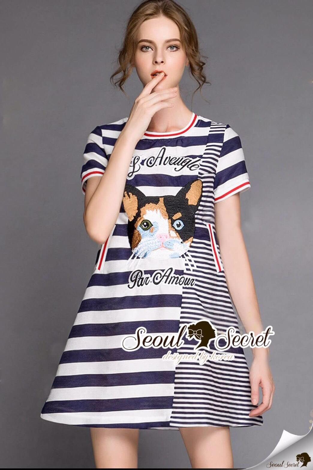 Seoul Secret Say's .... Catty Cat Stripe Chic Dress Material : เดรสเก๋ๆ ใส่ง่ายๆ สไตล์คุณหนูๆ เก๋ๆ ด้วยงานพิมพ์ลายริ้ว เติมความน่ารักด้วยงานปักลายแมว มีดีเทลเก๋ๆ ด้วยงานแต่งด้วยลายริ้วสลับเป็นชั้นLayer