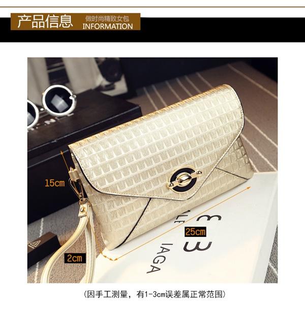 Pre-Order กระเป๋าคลัทช์ปั๊มลายตารางเนื้อมันเป็นเงา สีครีม กระเป๋าแฟชั่นผู้หญิง เปลี่ยนเป็นกระเป๋าถือออกงานหรูได้ หรือใช้เป็นกระเป๋าสะพายไหล่ได้