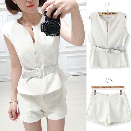 ++สินค้าพร้อมส่งค่ะ++ ชุดเซ็ทเกาหลี เสื้อแขนเลย คอ V ซิบหน้า+กางเกงขาสั้นตัวเก๋ สไตล์สูท+เข็มขัด 1 เส้น – สีขาว