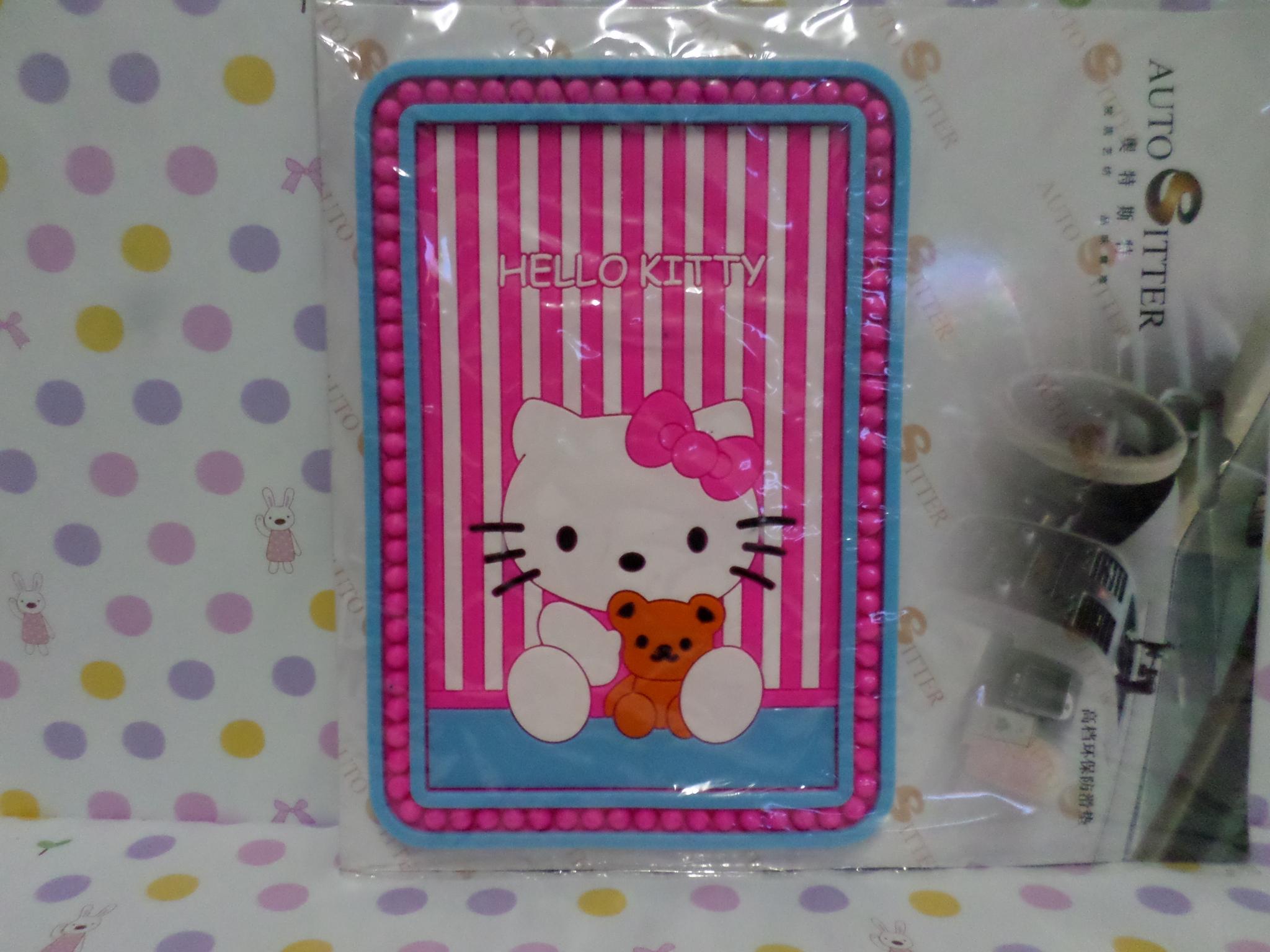 แผ่นยางกันลื่นวางในรถยนต์ ฮัลโหลคิตตี้ Hello Kitty ขนาดยาว 13 ซม.* สูง 19 ซม. สีชมพู ลายคิตตี้หมี