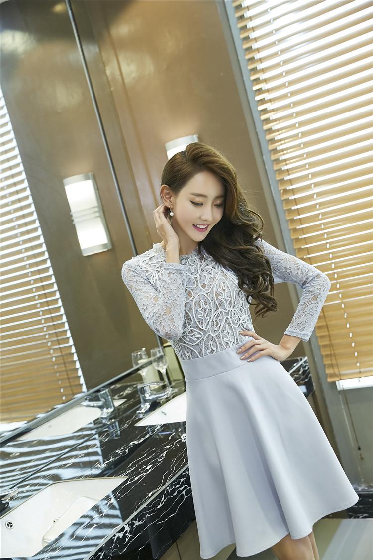 ชุดเดรสสวยๆ สีเทา แขนยาว ตัวเสื้อและแขนเสื้อเป็นผ้าลูกไม้ชนิดยืดหยุ่นได้ดีสีเทา