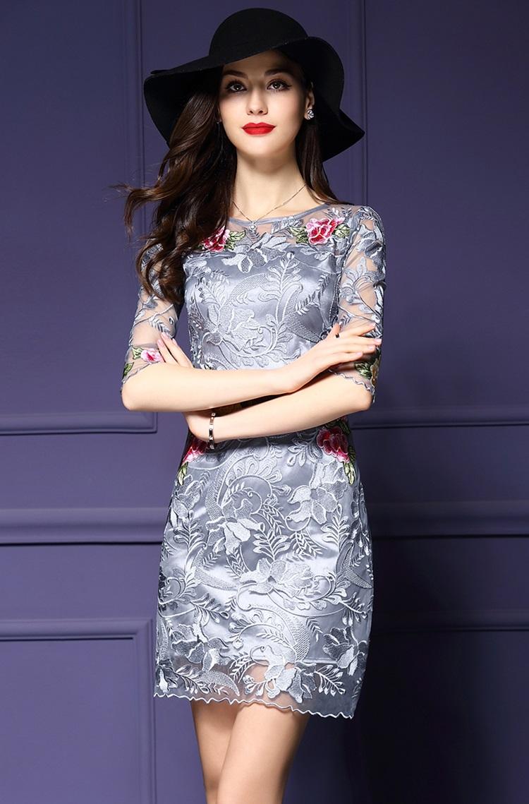 ชุดเดรสสวยๆ ผ้าลูกไม้ปักลายดอกไม้สีเทา ช่วงเอว ไหล่ และปลายแขนเสื้อ คาดด้วยผ้าปักลายดอกไม้สีชมพูแดง
