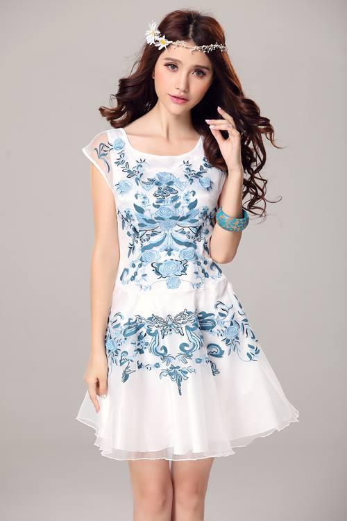 ชุดเดรสสั้น Brand Yimei ชุดเดรส ผ้าไหมลายผ้าย่นเล็กๆ สีขาว แขนบ่าล้ำ ตัวชุดด้านหน้าเป็นงานปักลายดอกไม้สีฟ้า สวยมากๆครับ (พร้อมส่ง)