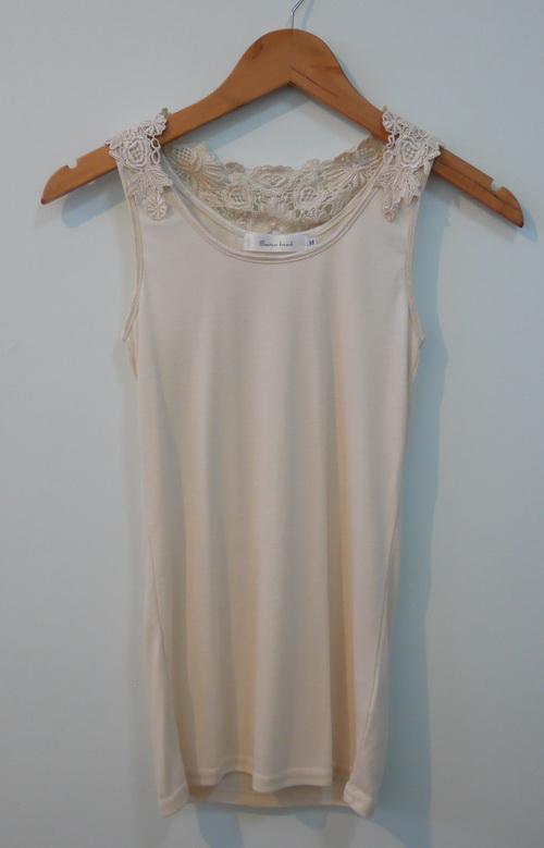 jp3829 เสื้อซับใน/เสื้อนอน ผ้ายืด สีเนื้ออ่อน แต่งดอกไม้ปัก รอบอก 30-33 นิ้ว